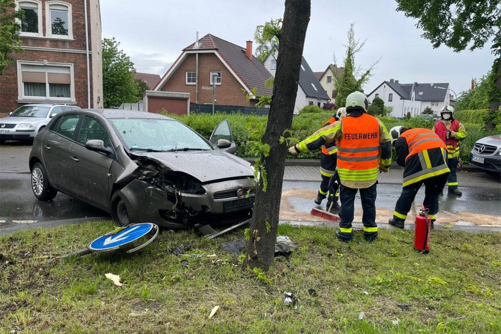 Das schwer beschädigte Auto musste abgeschleppt werden.