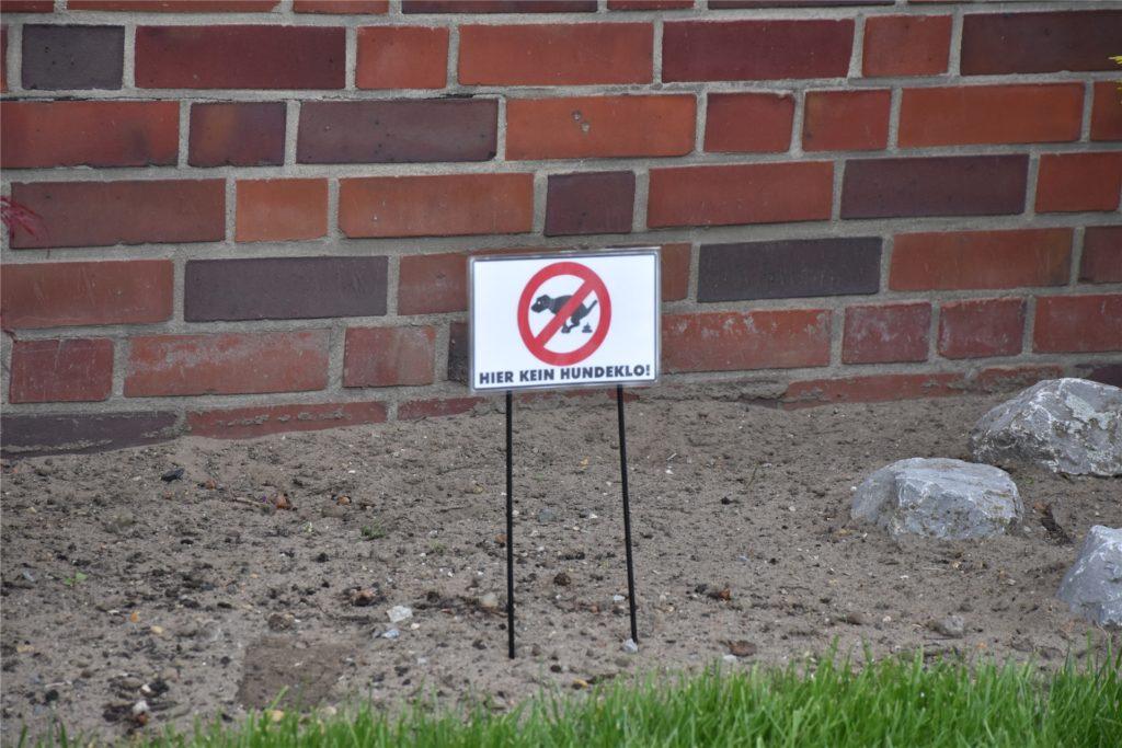 Ob das Schild hilft? Hundebesitzer würden ihre Hunde einfach in seinem Vorgarten ihr Geschäft machen lassen, so ein Werner.