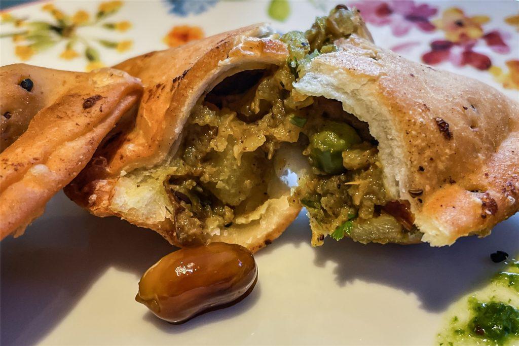 Die Samosas waren mit Kartoffeln, Erbsen und Erdnüssen gefüllt.