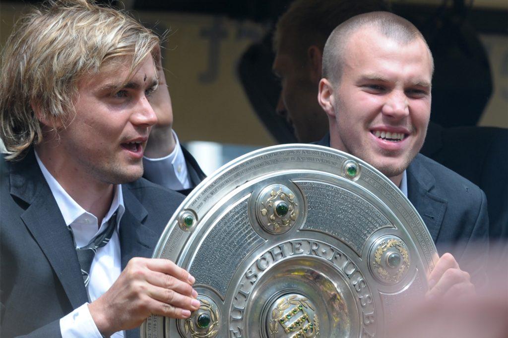 Marcel Schmelzer (l.) mit Kevin Großkreutz und der Meisterschale nach dem Titelgewinn 2011.