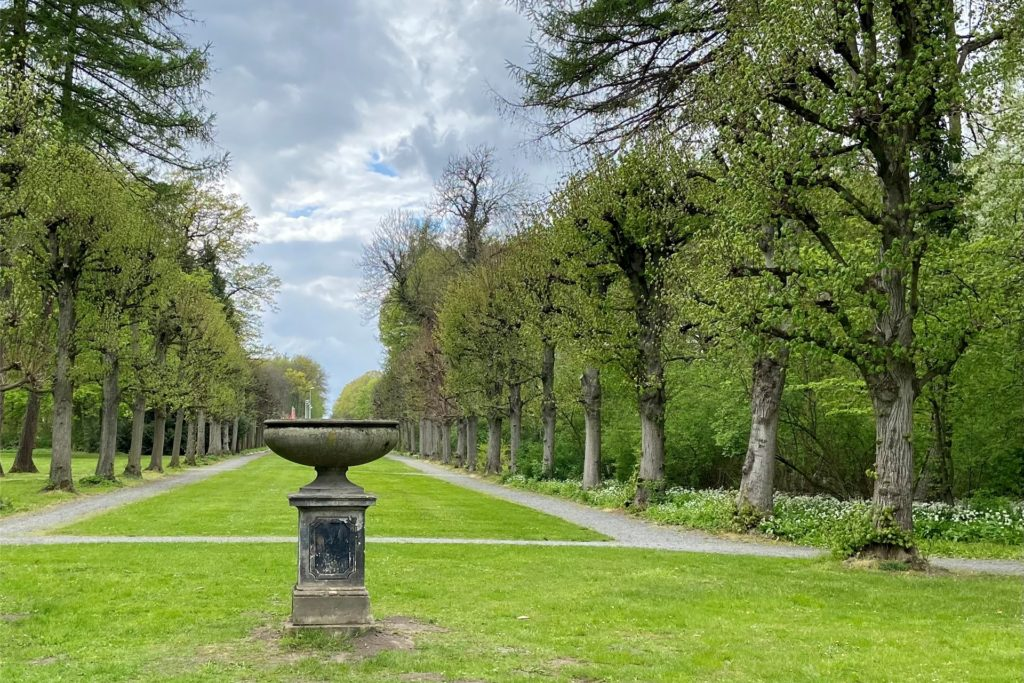Im weitläufigen Park stehen viele alte Bäume, die mit ihrem Wuchs fast selbst Kunstwerke sind.