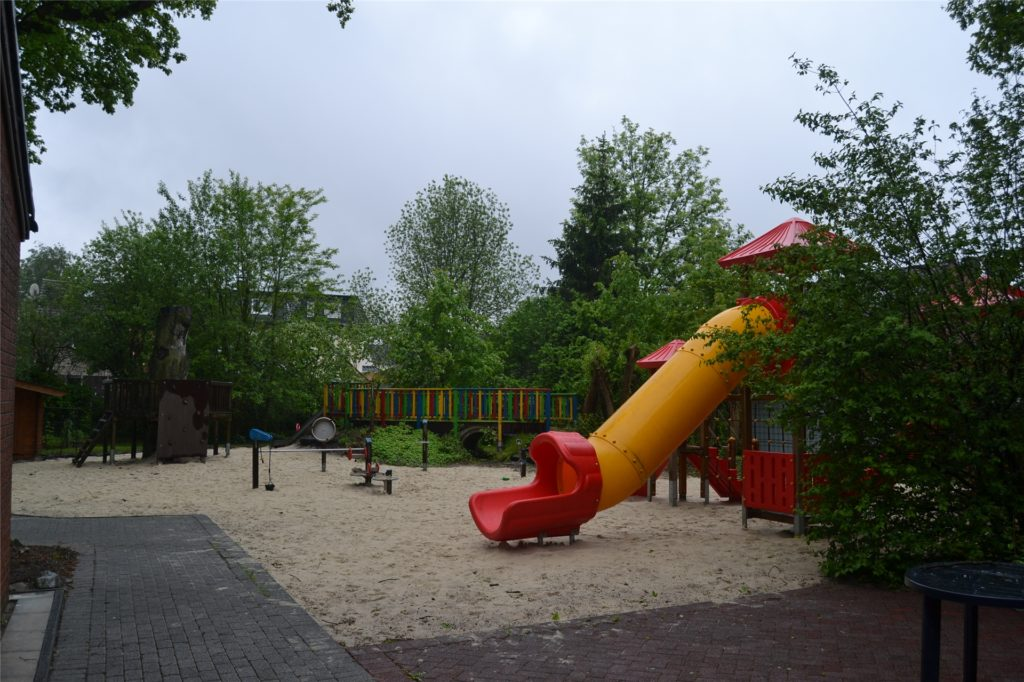 Das Außengelände bietet viel Spaß zum Spielen.