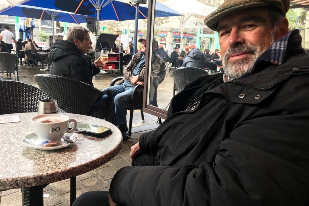 Axel Mosler genießt Cappuccino und den Blick über den Alten Markt.