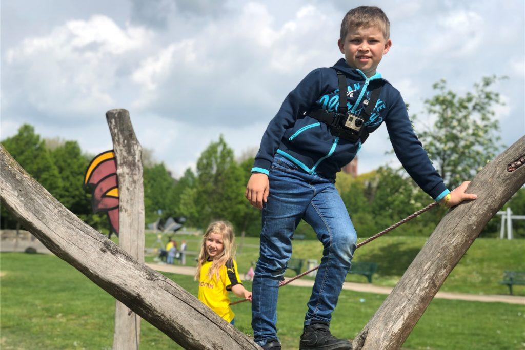 Im Park der Generationen gibt es Balance-Elemente. Hier balancieren Lotta (6) und Mats (8).