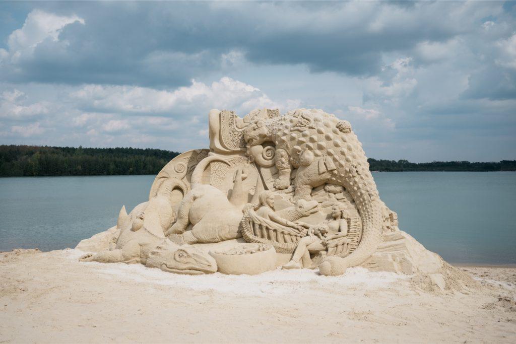 Spektakulär: Eine Sandskulptur haben Mariechen Danz und Kerstin Brätsch am Silbersee II in Haltern geschaffen.