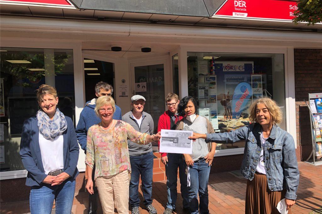 Ute Hecht-Neuhaus (2.v.l.) übergab am Freitag einen symbolischen Scheck über 500 Euro an Birgit Förster vom Haus Kilian.