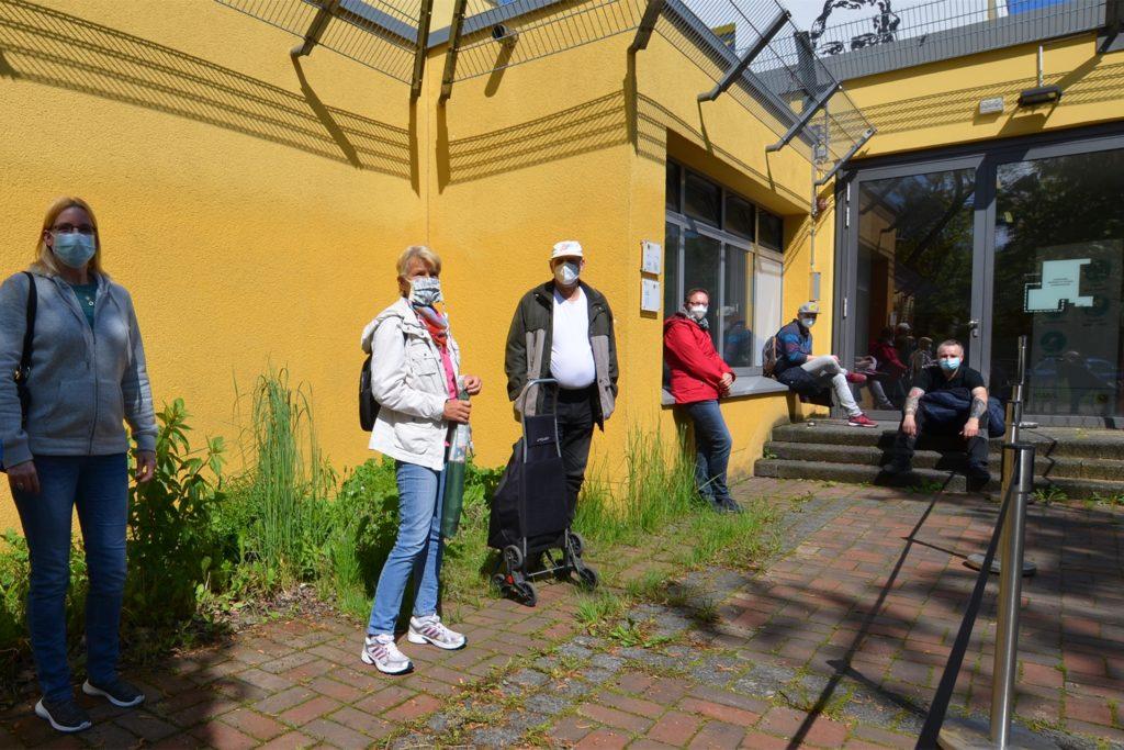 Die ersten Impfwilligen stellten sich schon um 9 Uhr vor den Seiteneingang des Heinrich-Heine-Gymnasiums.