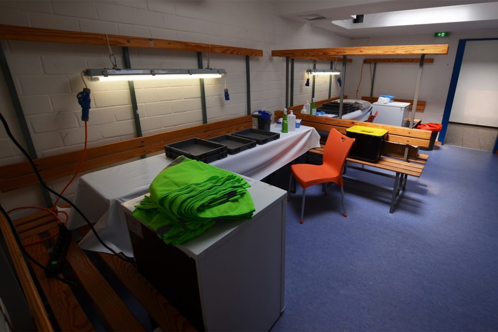 Ein Umkleideraum der Netter Sporthalle ist am Wochenende eine Apotheke auf Zeit. Vier weitere Räume sind Impfkabinen.