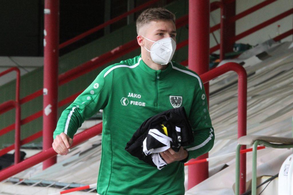Joel Grodowski musste zunächst noch mit Maske auf der Ersatzbank Platz nehmen.