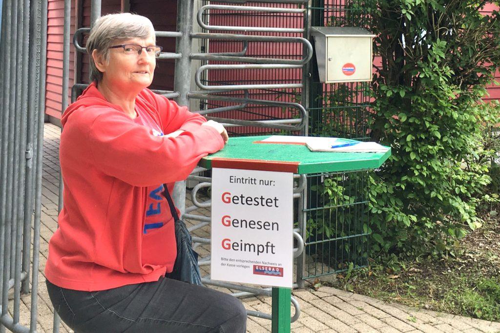 Hannelore Westkämper kontrolliert am Eingang die drei G's: Nur Getestete, Geimpfte und Genesene haben Zutritt zum Bad.