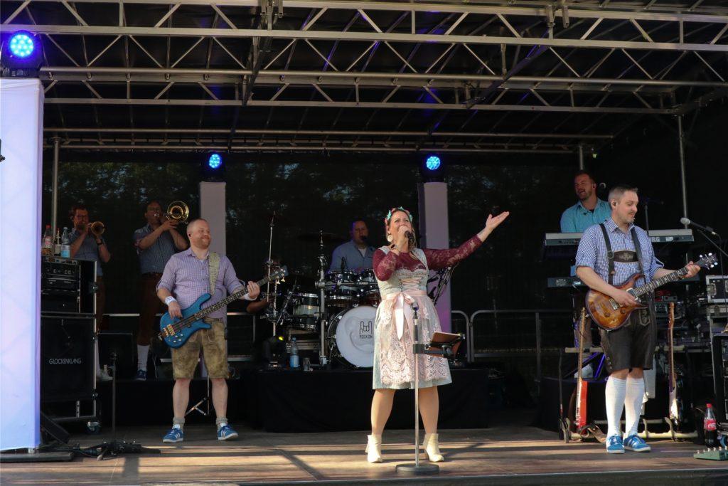 Glücksgefühle auf der Bühne: Für die Hopfen-Rocker war der Auftritt beim Bahnbiergarten der erste in diesem Jahr.