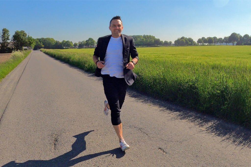 Stephan Weise lief die rund 42 Kilometer beim schönstem Sonnenschein im Anzug.