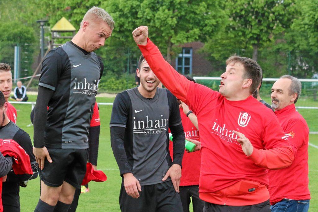 Björn Scharfe (links) ist immer für einen Spaß zu haben. An einem späteren Trainerjob werde der VfL-Stürmer laut Emre Aktas aber wohl wenig Interesse haben.