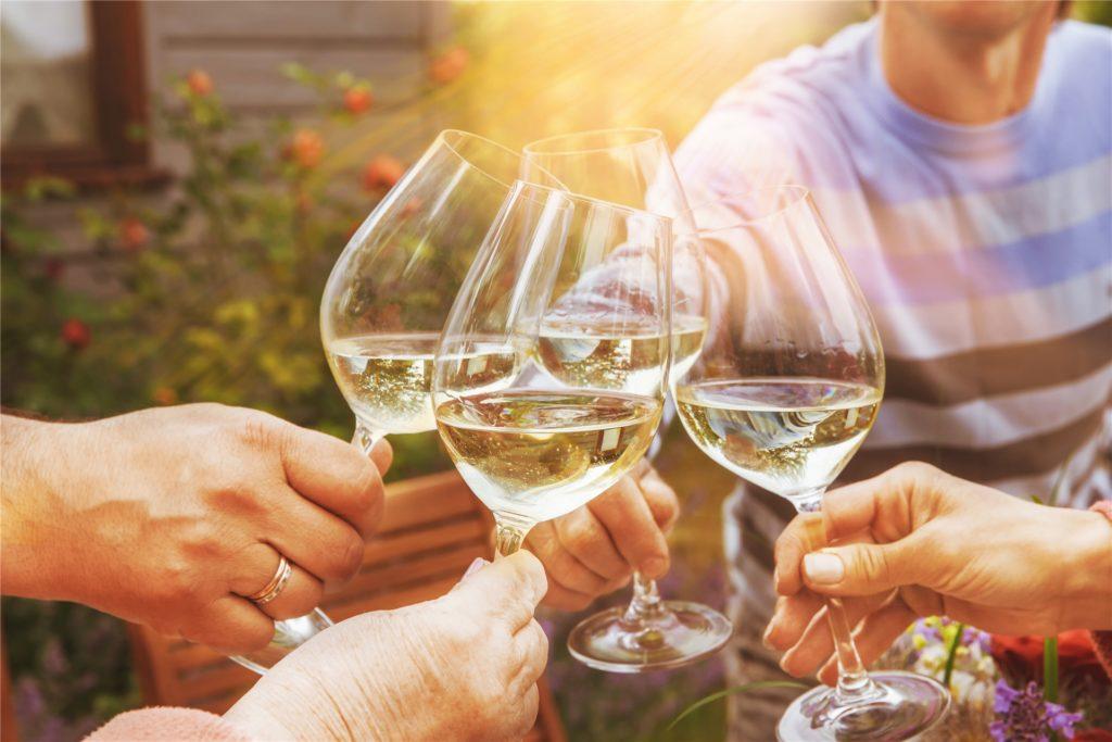 Weißweine wie leichte Modelrieslinge oder frische Weißburgunder eignen sich zu Forelle, Saibling oder Dorade.
