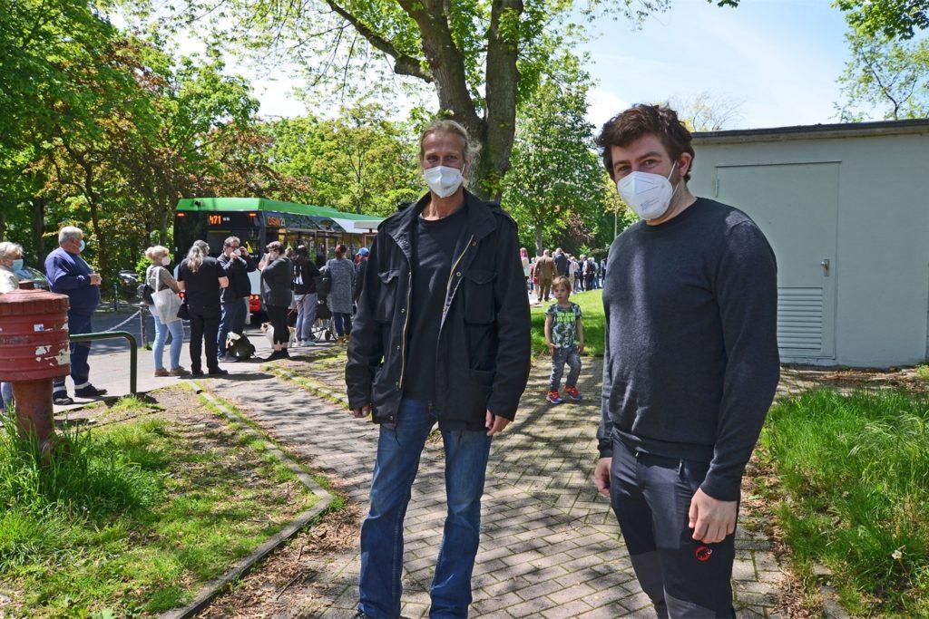 Die Schulsozialarbeiter Sven Eckhout (l.) und Lucian Reymann achteten am Freitag bei Schlusschluss auf einen reibungslosen weg der Schüler zur Bushaltestelle.