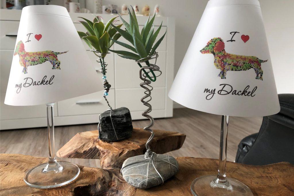 Lampenschirme mit Dackelaufdruck, selbstgemachte Deko-Ständer für Pflanzen und auch der Beistelltisch, auf dem alles steht: Alles ist durch die Hände von Ines Jägers gegangen.