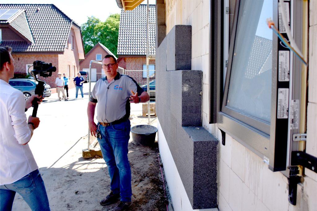 Helmut Witte, Obermeister der Maler-Innung Ahaus, beschreibt das Problem: Aktuell gebe es beispielsweise einen Lieferengpass bei Dämmmaterial. Normalerweise wären auf der Baustelle in Alstätte vier seiner Mitarbeiter beschäftigt. Doch seit mehreren Wochen ist dort nichts passiert.