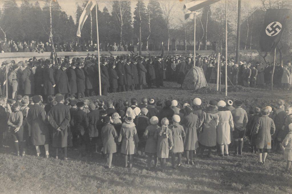 Bei der feierlichen Enthüllung des Steins 1933 waren wahre Menschenmengen anwesend. Ganz im Geist der Zeit ist die Hakenkreuzflagge nicht zu übersehen