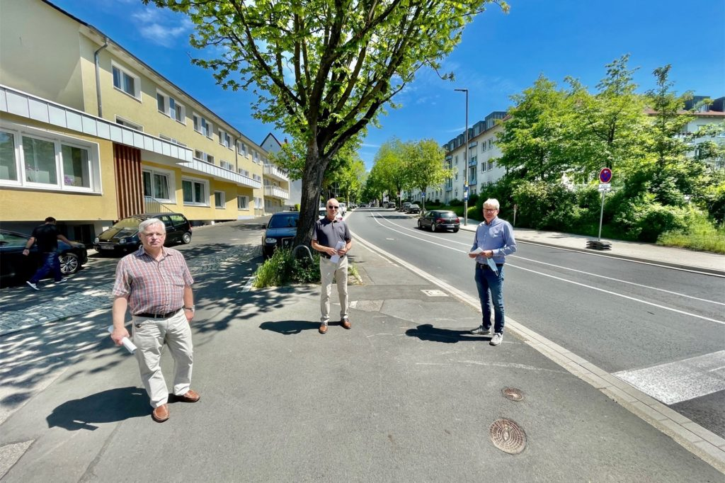 Mitarbeiter des Tiefbauamtes trafen sich mit Reinhard Frank (CDU, Mitte) zu einem Ortstermin.