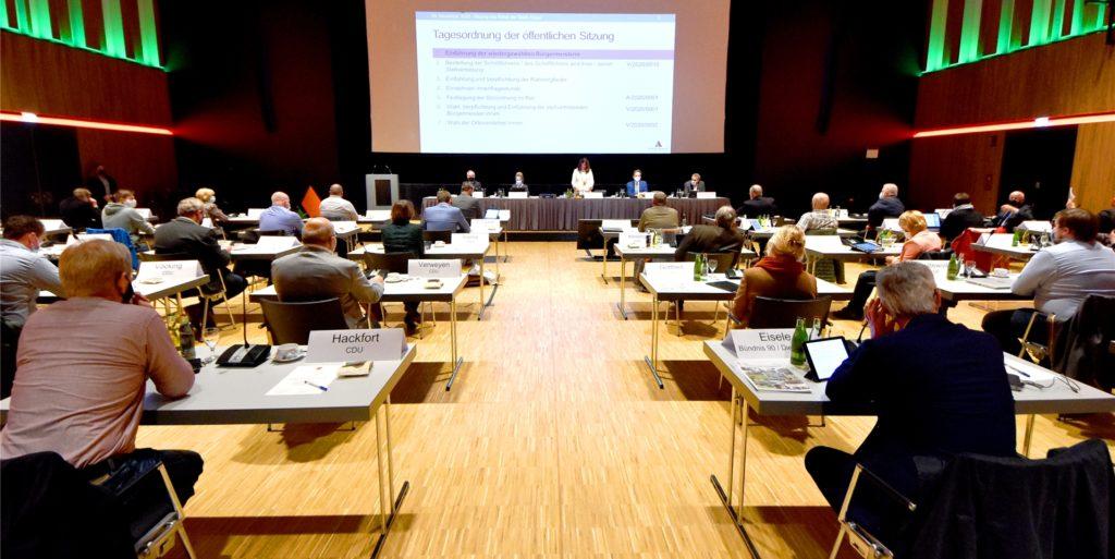 Seit über einem Jahr tagt der Rat in der Ahauser Stadthalle. Weil sich die Infektionszahlen deutlich verbessert haben, ist eine Rückkehr in den Ratssaal nach den Sommerferien geplant.