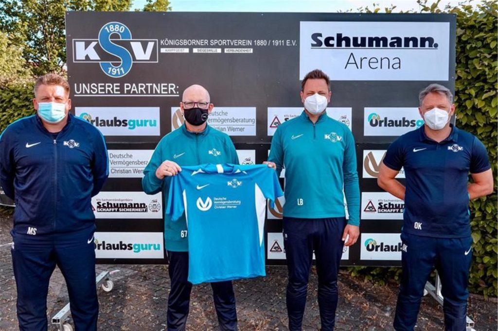 Gaben Lukas Bronner (2.v.re.) vom Königsborner SV die Zusage: (v.l.) Michael Schröder, Carsten Klostermeier und Olivier Klose (re.) trainieren künftig die U19-Junioren.