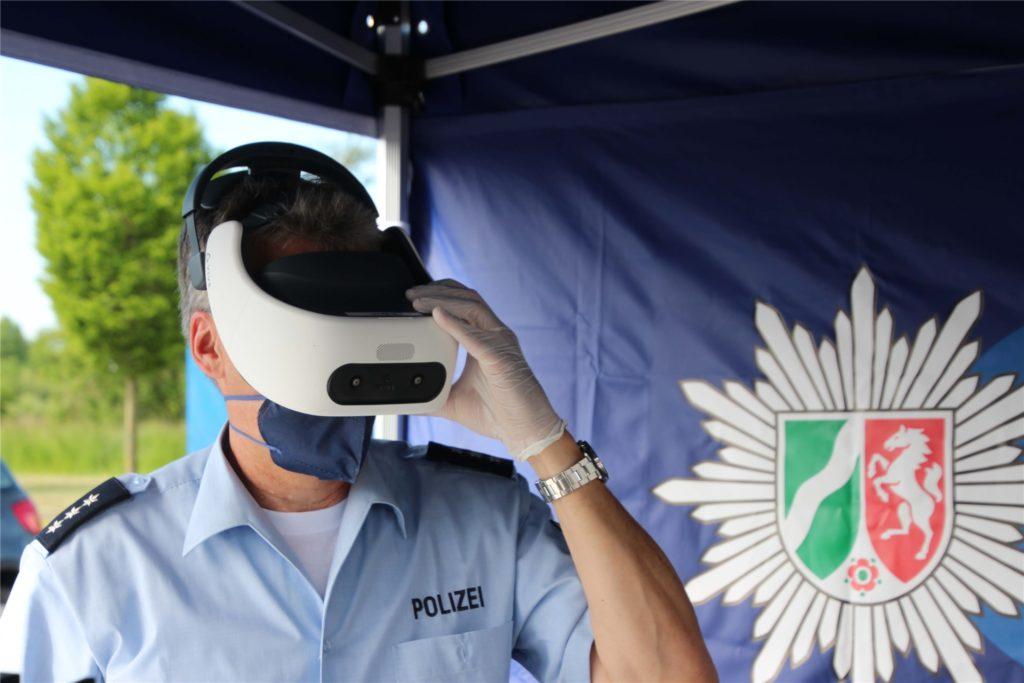 Polizeihauptkommissar Thomas Glaser mit der VR-Brille