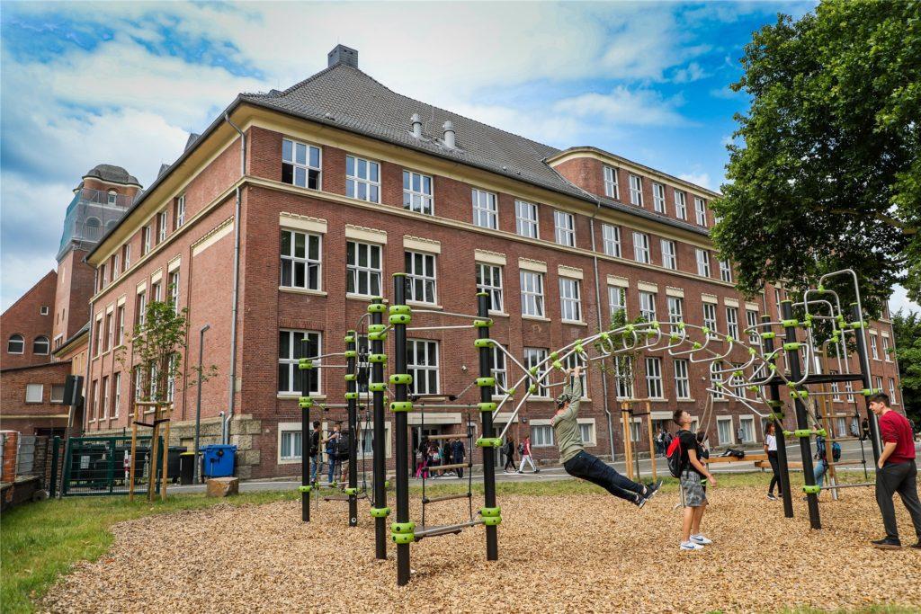 Mehr als 100 Jahre alt, komplett saniert und renoviert ist die Jeanette-Wolff-Schule am Mengeder Markt. Nur 18 Fünftklässler besuchen ab August die Hauptschule.
