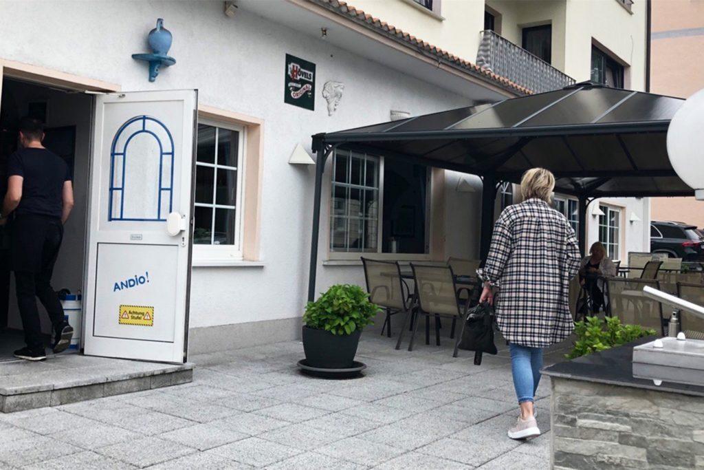 Knapp 30 Gäste finden auf der Terrasse der Taverne Platz. Inhaber Apostolos Poutouloudis hofft, dass er in einer Woche auch die Innenräume für die Bewirtung öffnen kann.
