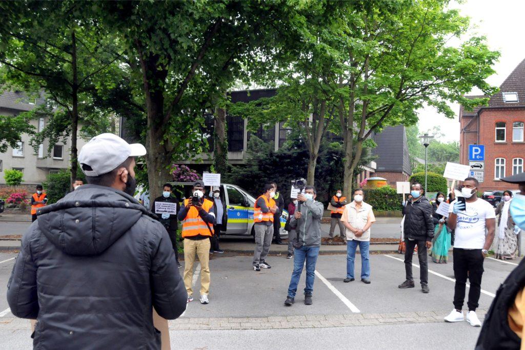 Vor dem Pfarrheim St. Marien, wo der Hinduverein Schwerte tagte, endete der Demonstrationszug mit einer Kundgebung. Einsatzkräfte der Polizei und der Kommunale Ordnungsdienst waren vor Ort.
