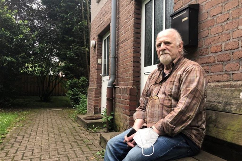 """Horst-Michael Gläser wohnt seit 30 Jahren in einem Zechenhaus an der Karl-Schurz-Straße in Dortmund-Nette. Die ganze Siedlung gehört heute Vonovia. """"Ich weiß nicht"""", sagt er, """"ob es einen ausreichenden Bestandsschutz für die Häuser gibt."""""""