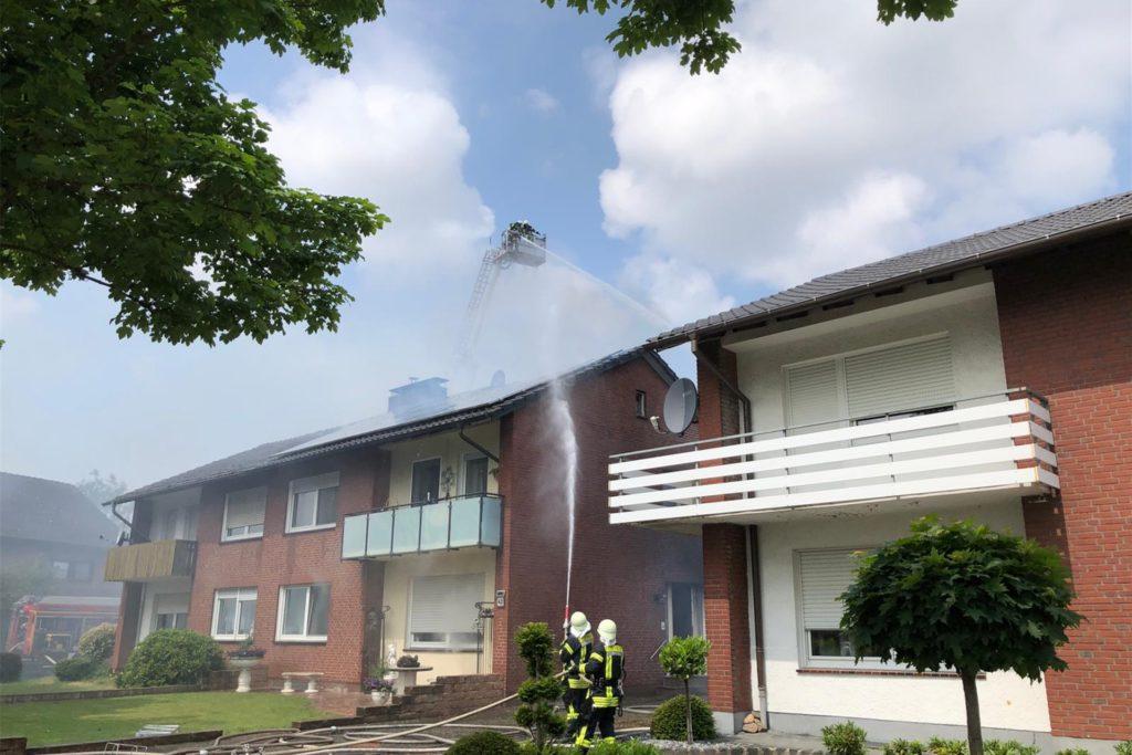 Das Teleskopmastfahrzeug der Feuerwehr Stadtlohn kam zum Einsatz, als die Feuerwehr den Brand des zweigeschossigen Wohnhauses am Richters Kamp löschte.