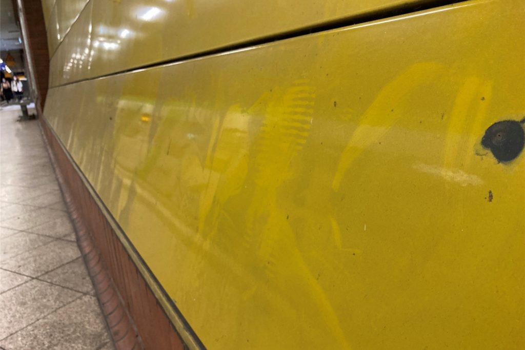 Wandverkleidungen und Glasbereiche sehen nicht so aus, als seien sie in den vergangenen Wochen oder Monaten jemals gereinigt worden.