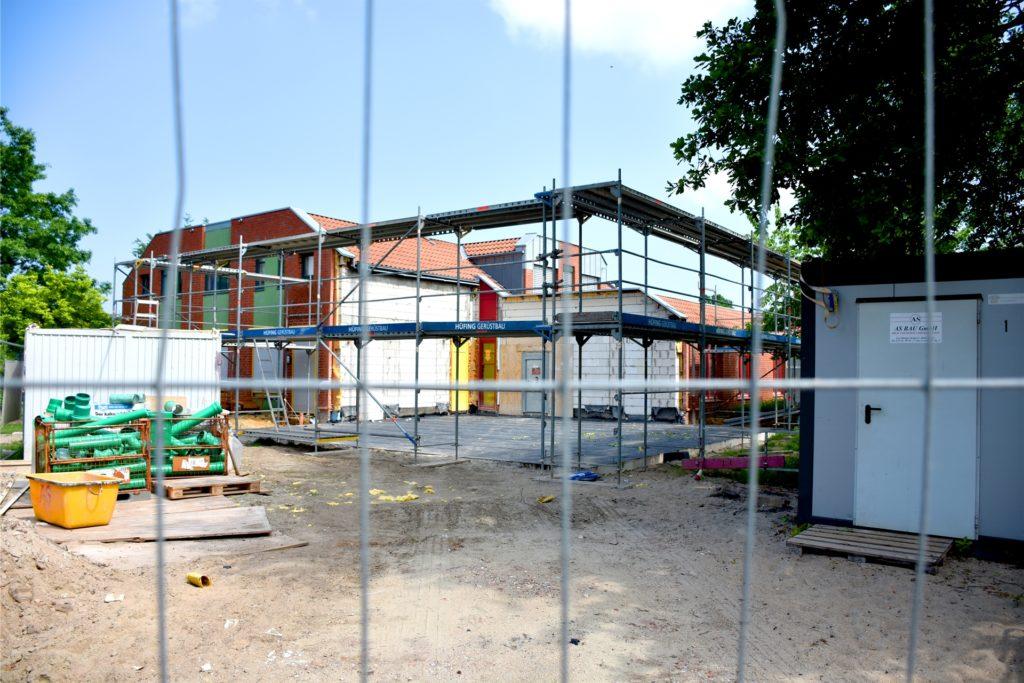 Die Erweiterung an der Villa Kunterbunt soll nun im Jahr 2022 fertig gestellt werden. Für den Übergang werden einige zusätzliche Plätze im Kinderhaus Rasselbande am Ahauser Krankenhaus eingerichtet.
