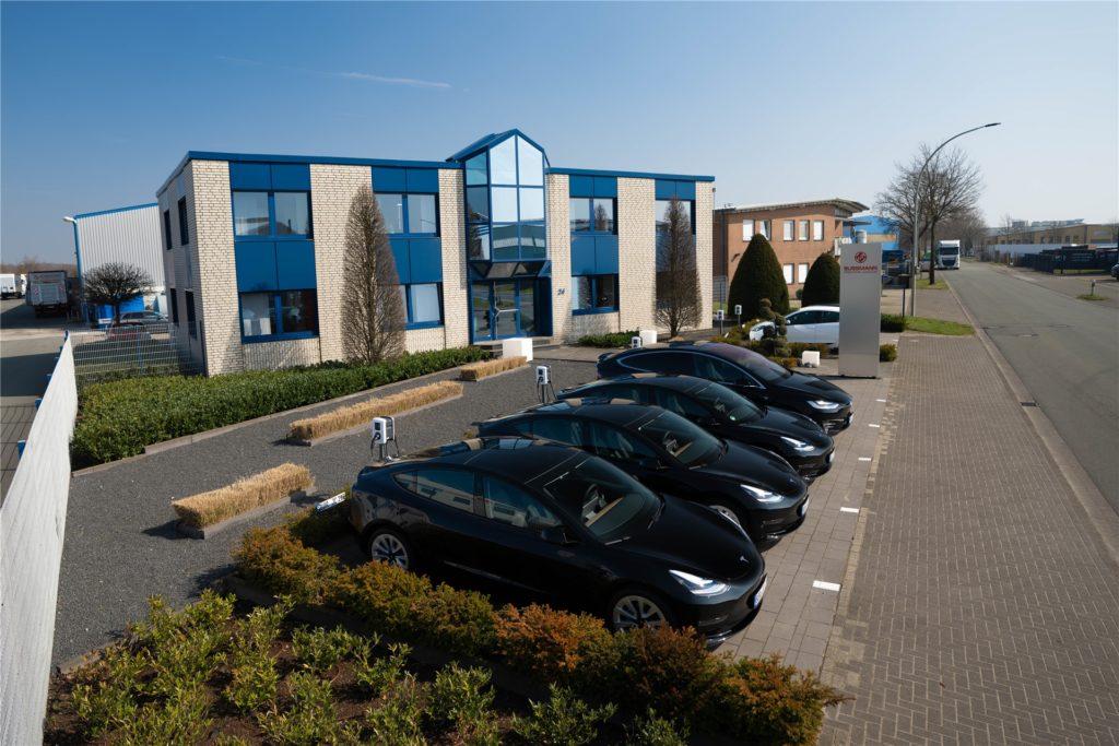 Deutlich sichtbar: Die zehn E-Ladesäulen vor dem Firmengebäude weisen bereits auf die grüne Zukunft der Spedition hin.