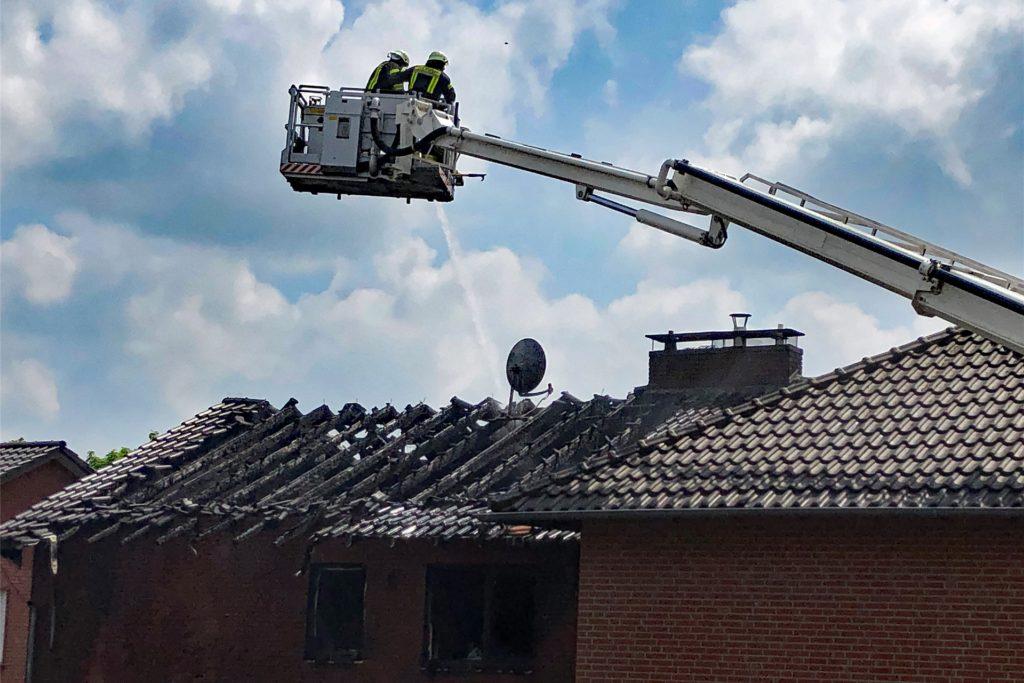 Mit Hilfe des Teleskopfahrzeug wurde der Löschangriff von oben gestartet. Das Dachgeschoss konnte aber nicht mehr gerettet werden.