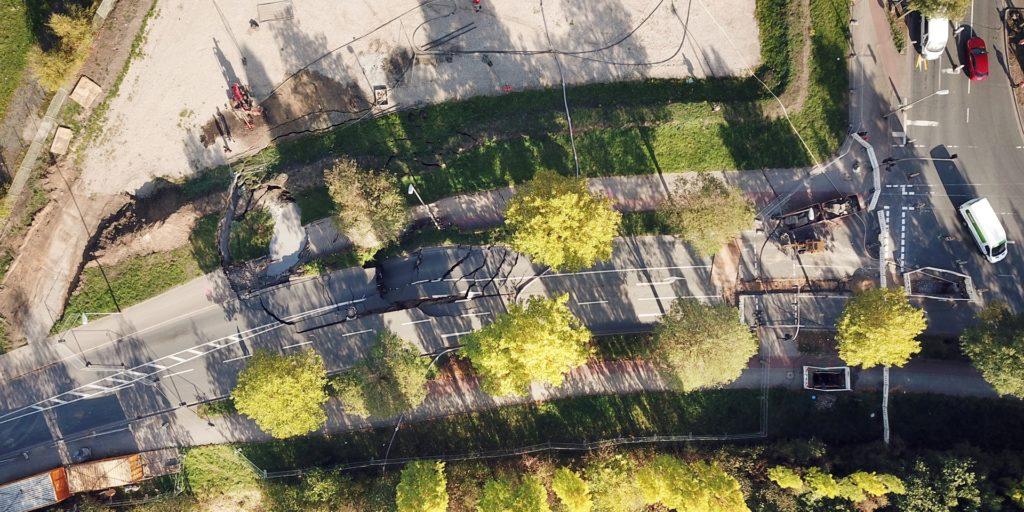 Eine Luftansicht der Emscherallee kurz nach dem Einsturz der Fahrbahndecke.
