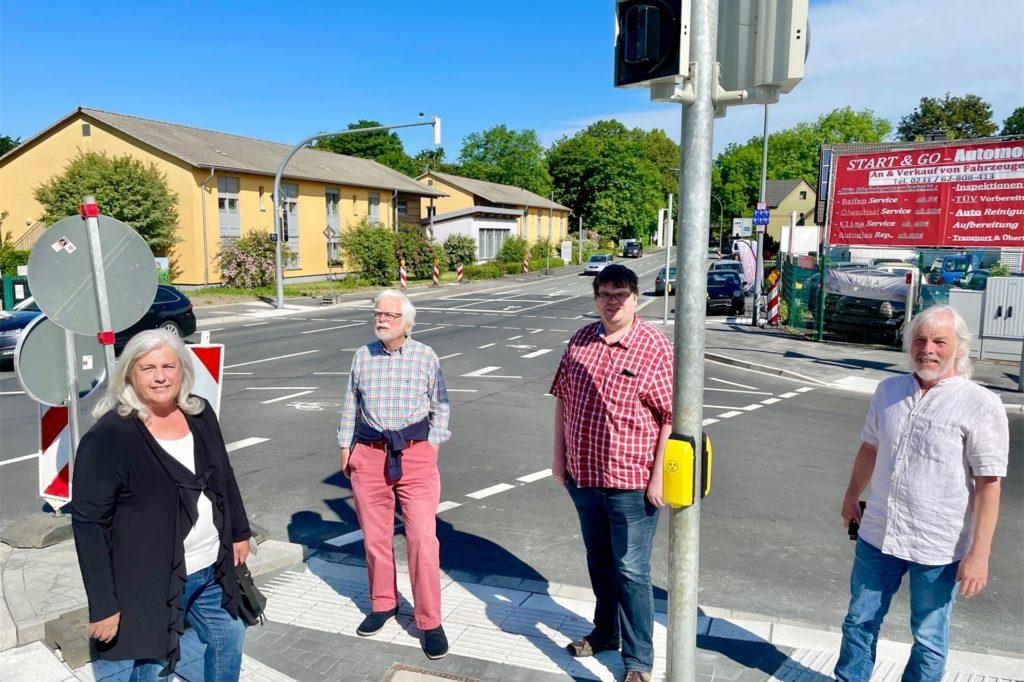 Mitglieder der Grünen und der SPD schauten sich den umgebauten Einmündungsbereich an.