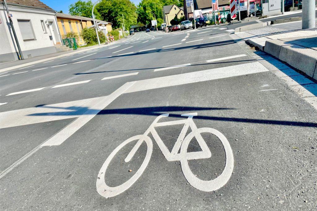 Ein großer Kritikpunkt: Trotz Umbaus sind die Radwege immer noch nicht in dem leuchtenden Rot markiert.