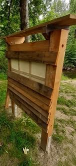 Große Holzlatten sind aus der Verkleidung des Insektenhotels gerissen worden.