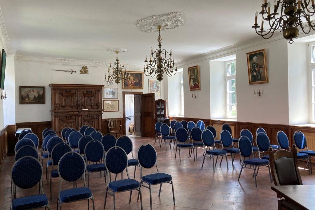 Im Rittersaal von Schloss Bladenhorst werden zurzeit bei Hochzeiten nur neun Stühle aufgestellt.