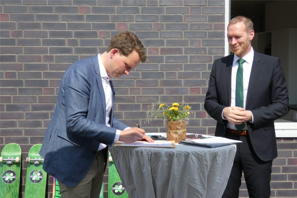 Bürgermeister Tom Tenostendarp unterschreibt den Förderbescheid des Landes NRW über 335.000 Euro für den Skaterpark.