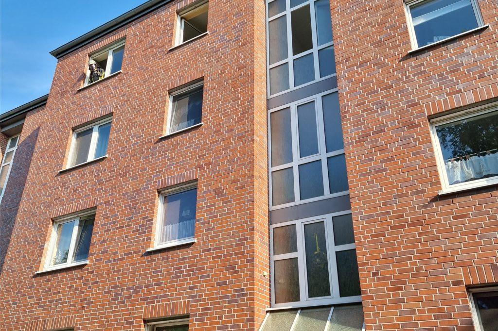 Im dritten Obergeschoss dieses Mehrfamilienhauses an der Bahnhofstraße wurde eine Person durch die Feuerwehr gerettet. Hier hatte der Bewohner sich zuvor Essen zubereitet und war dann eingeschlafen.