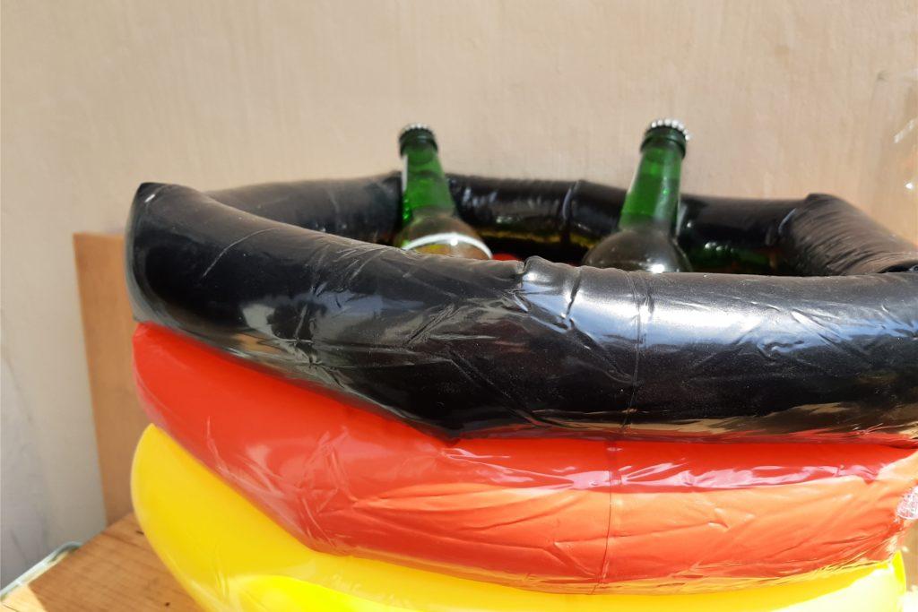 Mit diesem Mini-Swimming-Pool hält man sein Getränk auch während der Verlängerung noch schön kühl.