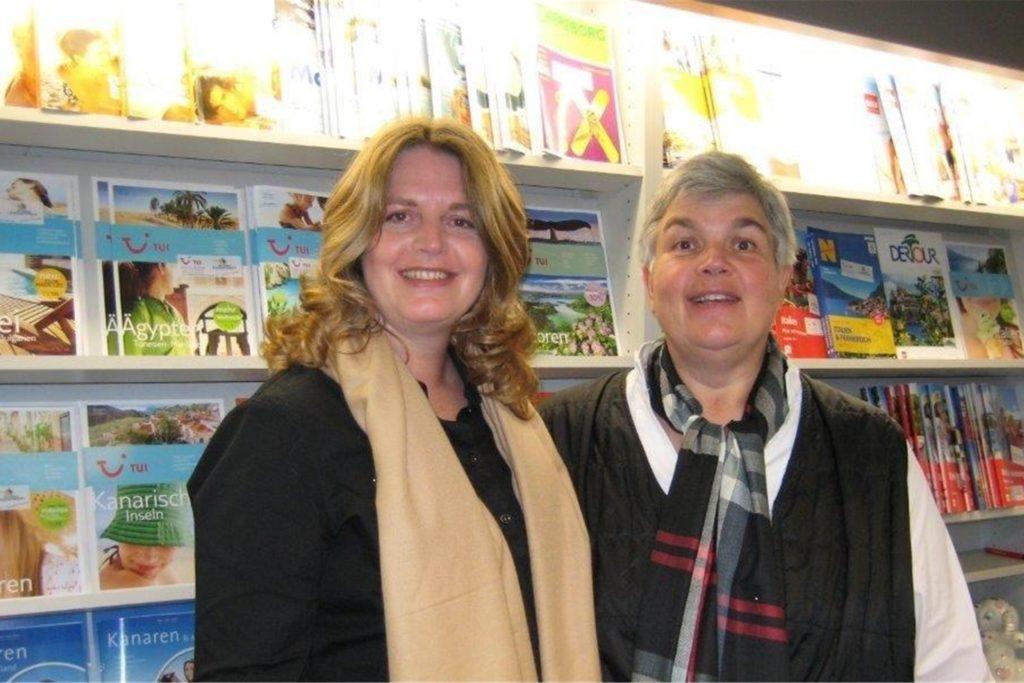 Andrea Zimmermann (r.) und ihre Schwester Olivia Zimmermann in ihrem Reisebüro.