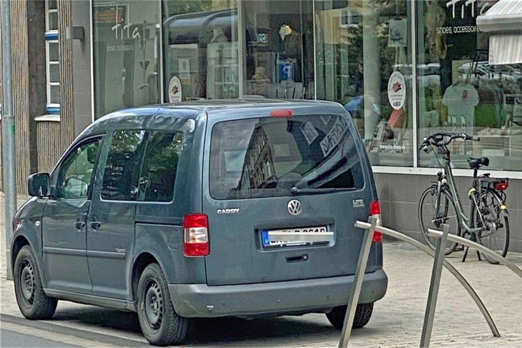 Der Radarwagen darf dort parken, wo normale Autofahrer sonst ein Knöllchen bekommen würden.