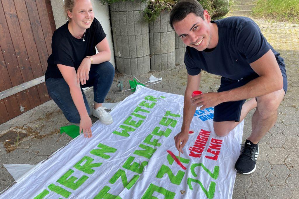 Königin Lena Großblotekamp und König Philip Uhlenbruck arbeiten an ihrer Grußbotschaft für das ausgefallene Schützenfest 2021.