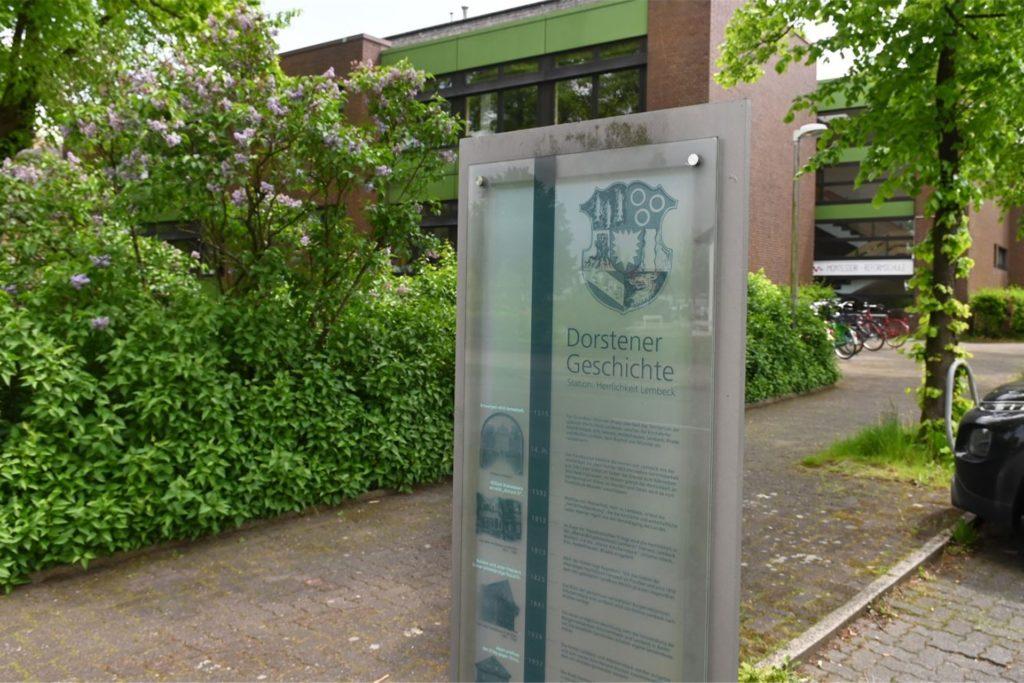 Heute befindet sich die Geschichtsstation Herrlichkeit Lembeck und ein Lehrer-Parkplatz dort, wo früher das besetzte alte Amtshaus stand.