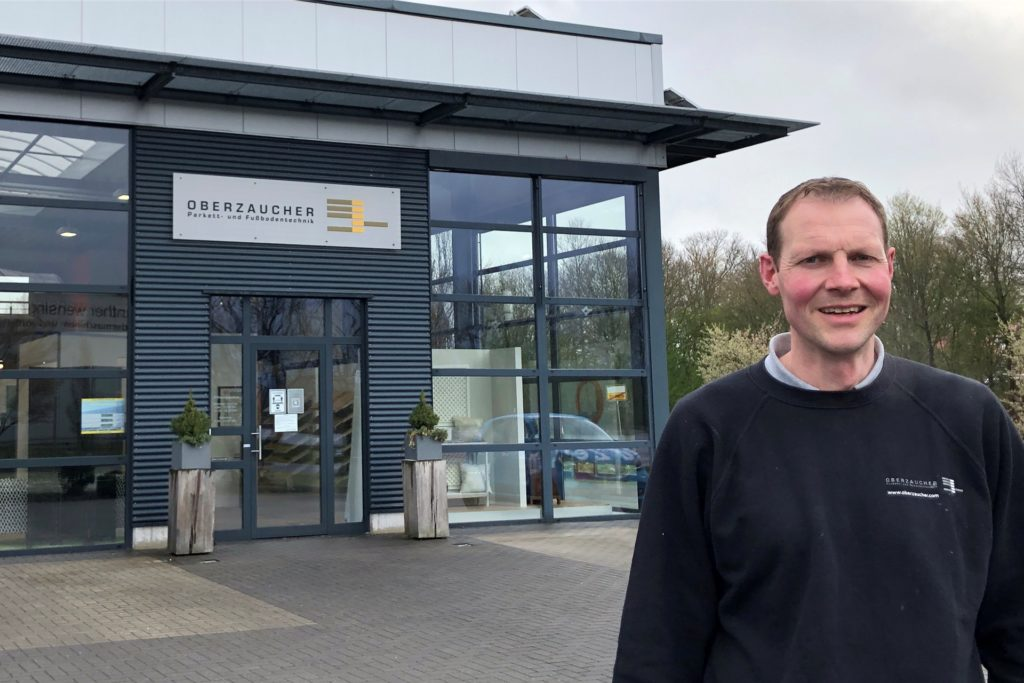 Christoph Oberzaucher vor dem 2008 eröffneten Ausstellungsgebäude an der Thyssenstraße 27 in Stadtlohn.
