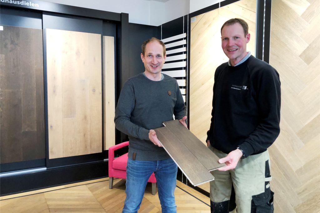 David Lensker (links) betreut die Ausstellung von Anfang an, das verschafft seinem Chef Christoph Oberzaucher (r.) die Möglichkeit, das zu tun, was er wirklich gerne tut: Parkett verlegen.