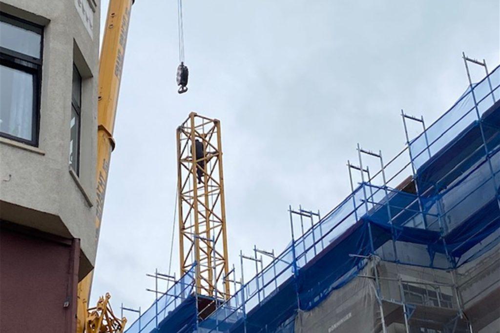 Im Turm des Krans sorgten Arbeiter dafür, dass die Teile nach und nach abgebaut werden konnten.